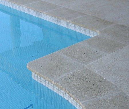 carrelage-en-pierre-naturelle-pour-piscine-129669